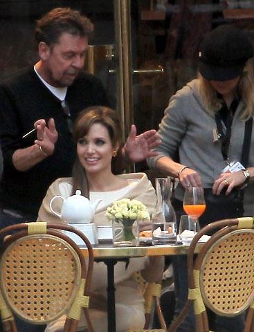 アンジェリーナ・ジョリーがパリで新作撮影 合間にブラピとキス!