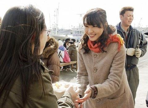 ガッキー&生田斗真、笑顔こぼれる感謝の炊き出し 「ハナミズキ」日本編撮了
