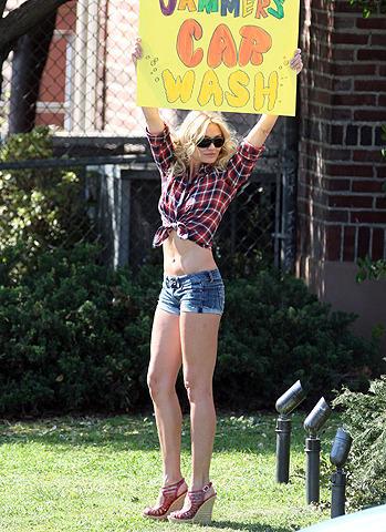 キャメロン・ディアスが、ショートパンツ姿でセクシーな洗車ガールに