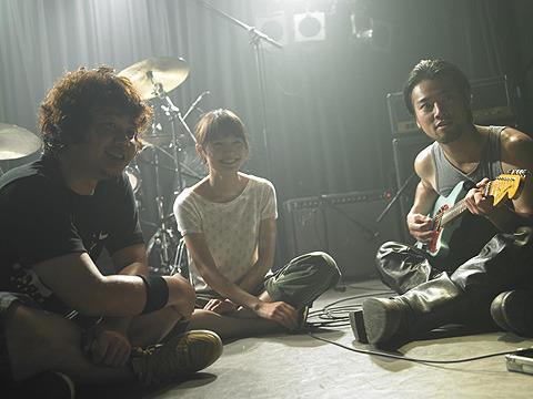 宮崎あおい、ギターを弾く 「ソラニン」なごやかメイキング映像公開