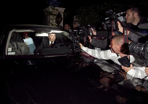 サンドラ・ブロック、夫の浮気報道後初めての外出にパパラッチが殺到