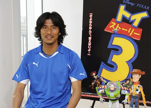 日本代表・中澤佑二「トイ・ストーリー3」CMでキャラクターと共演