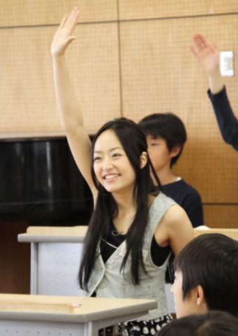 井上真央、筑波大附小学生と「Let's study English!」