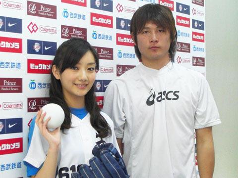波瑠「ソフトボーイ」PRで始球式 西武・涌井も「100点!」