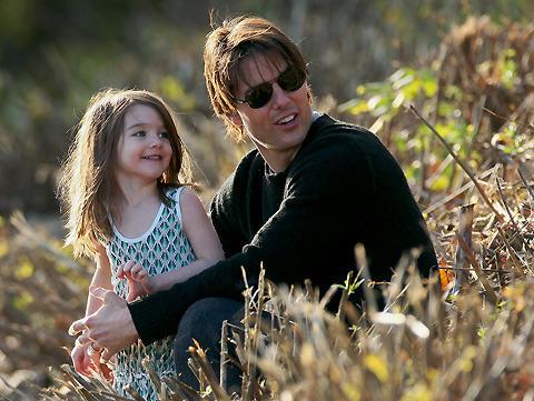 4歳の娘スリ、父トム・クルーズにスタイリングを指南