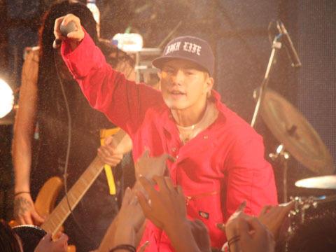 市原隼人、雨中のライブで観客へダイブ!