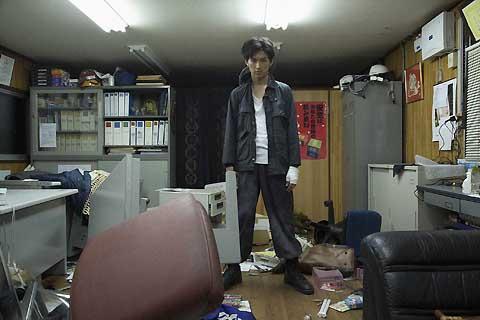 松田翔太、感情むき出しで車を破壊する衝撃シーンが初公開