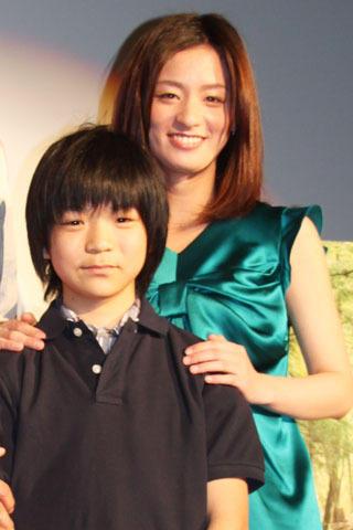 尾野真千子、「若くてきれい」に子役の頭ナデナデ