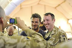ベッカムがアフガンの英軍兵士と記念撮影