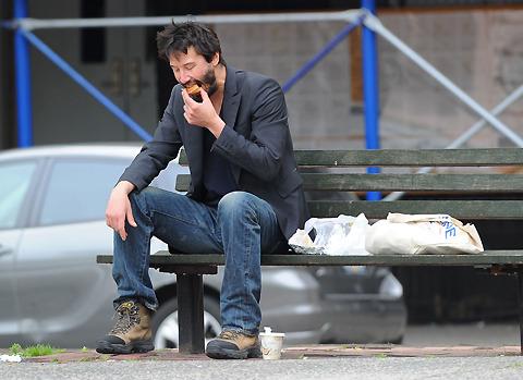キアヌ・リーブス、公園のベンチで1人ランチ