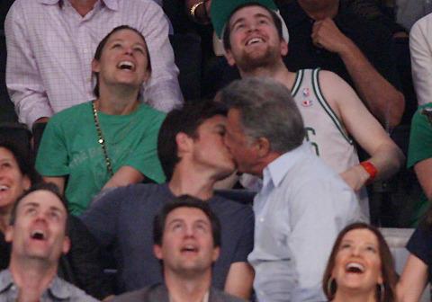 ダスティン・ホフマンがNBA観戦中に年下男優と熱いキス!?
