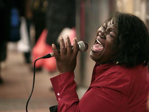 「プレシャス」ガボリー・シディベの母、オーディション番組で審査員を圧倒