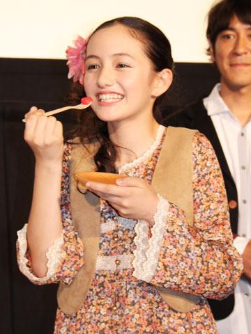 """アヤカ・ウィルソン、13歳誕生日を""""ハッチ""""ケーキで前倒し祝福"""