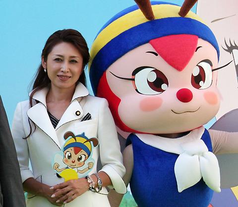 三原じゅん子参議院議員、ハッチとともにミツバチ保護を訴える