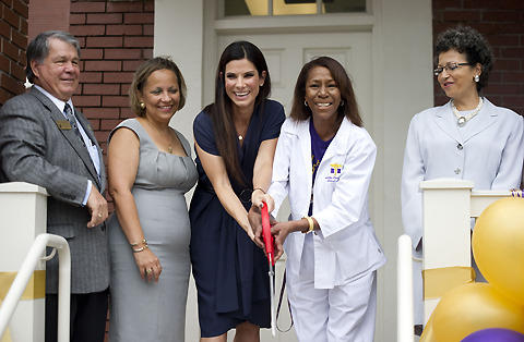 サンドラ・ブロック、カトリーナ被害の高校に無料クリニックをオープン