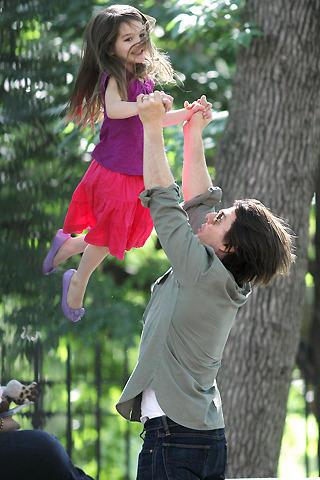 トム・クルーズ、愛娘スリと公園デート