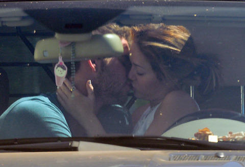 マイリー・サイラスが車中キス!リアム・ヘムズワースと復縁?