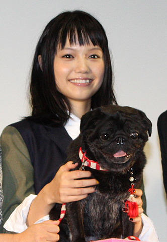 宮崎あおい、共演した黒パグ犬のサプライズ登場に大喜び