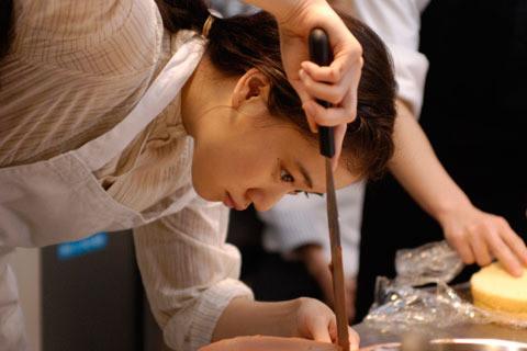 蒼井優、ケーキづくりに没頭 「洋菓子店コアンドル」劇中写真を独占入手