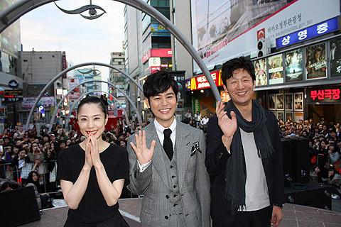 「悪人」旋風、韓国へ 妻夫木&深津に拍手喝さい