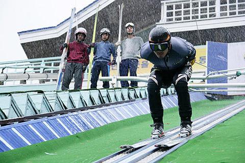 「国家代表!?」スキージャンプ初心者たちの奇抜な練習風景公開