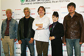 (左から)根岸吉太郎、ドメニコ・プロカッチ、ニール・ジョーダン、 ジュディ・オング、ホ・ジノ「クライング・ゲーム」