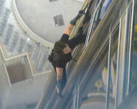 トム・クルーズ、世界最高層ビルで宙吊り