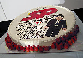 巨大ケーキで岡田准一の30歳を祝福「SP 野望篇」