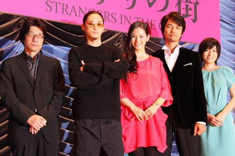 充実した表情の(左から)阪本順治監督、窪塚洋介、 小西真奈美、仲村トオル、南沢奈央