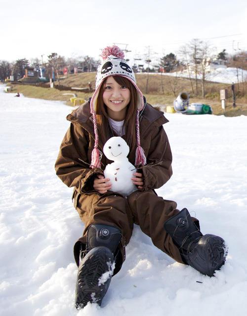 雪だるまとともにニッコリ笑う大島優子