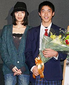 初々しい笑顔の仲村颯悟監督(右)とCocco「やぎの冒険」