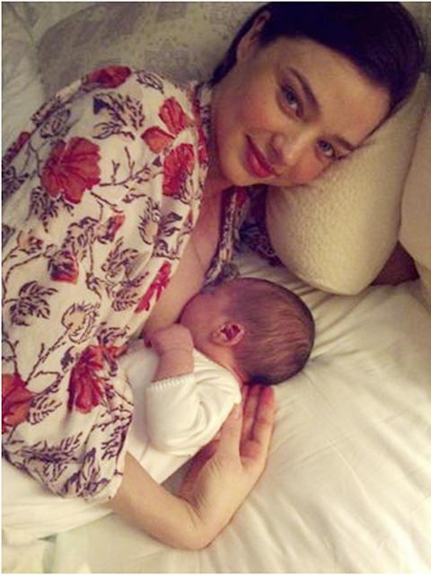 オーランド・ブルームの妻ミランダ・カーが授乳写真を公開