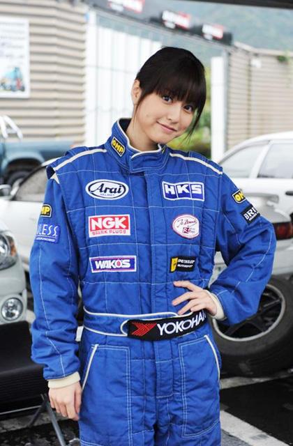 人気グラドル杉本有美「ガクドリ」でレーシングスーツ姿を披露