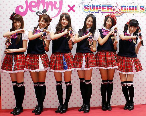 "SUPER☆GiRLS、1stシングルでジェニーと""制服コラボ"""