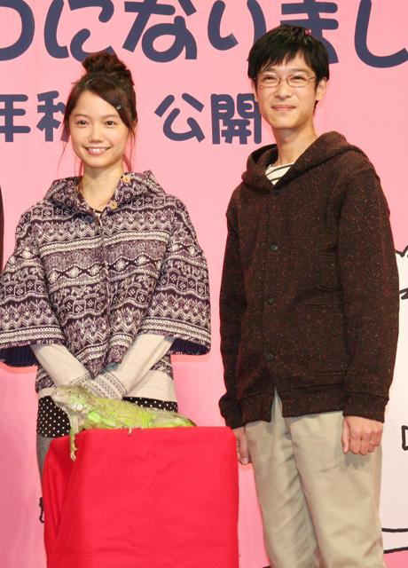 """堺雅人、""""妻""""宮崎あおいに「おんぶにだっこ」"""