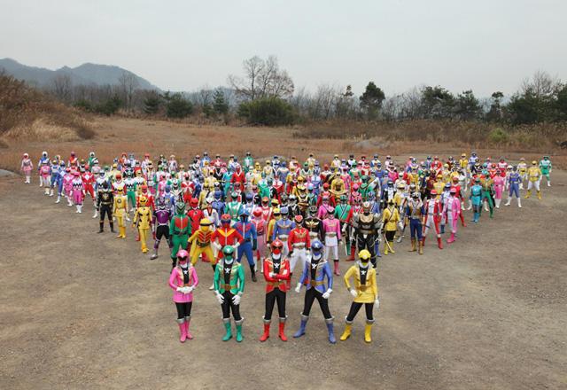 歴代スーパー戦隊、全35組199ヒーローが一同に結集!