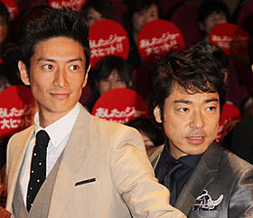 爆笑続きだった舞台挨拶を盛り上げた 伊勢谷友介(左)と香川照之「あしたのジョー」