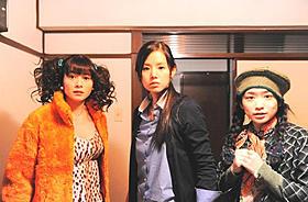 壮絶バトルを繰り広げる真木よう子(左)、 小西真奈美(中央)、池脇千鶴(右)「指輪をはめたい」