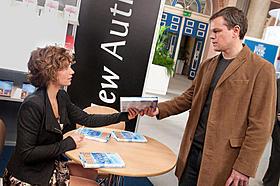 セシル・ドゥ・フランス演じるマリー(左)とマット・デイモン扮するジョージ「ヒア アフター」