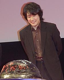 二宮和也にケーキを贈られ喜ぶ松山ケンイチ「GANTZ」