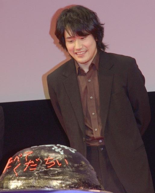 """二宮和也、松山ケンイチに特製""""GANTZ""""ケーキをプレゼント"""