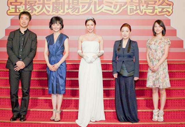 中谷美紀ら史上初の宝塚大劇場大階段で舞台挨拶
