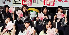 女子高生たちの質問に答えるひと幕も「豆富小僧」