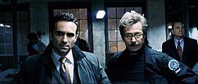 引き続きゴッサム・シティの市長役を演じるカーボネル(左)「ダークナイト」