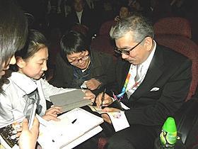 しぎの監督、中国でサイン攻め「映画クレヨンしんちゃん 超時空!嵐を呼ぶオラの花嫁」