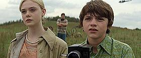 ジョー(右:ジョエル・コートニー)は アリス(左:エル・ファニング)に淡い恋心を抱く「SUPER 8 スーパーエイト」