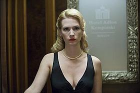 セクシーなドレスに身を包むリズ(ジャニュアリー・ジョーンズ)の目的は?「アンノウン」