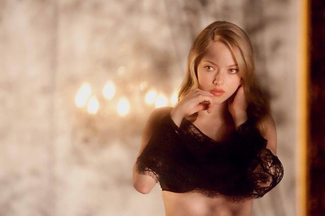 アマンダ・セイフライド「クロエ」でセクシーな肢体を披露