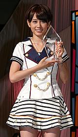 トロフィーを手に笑顔を見せる前田敦子