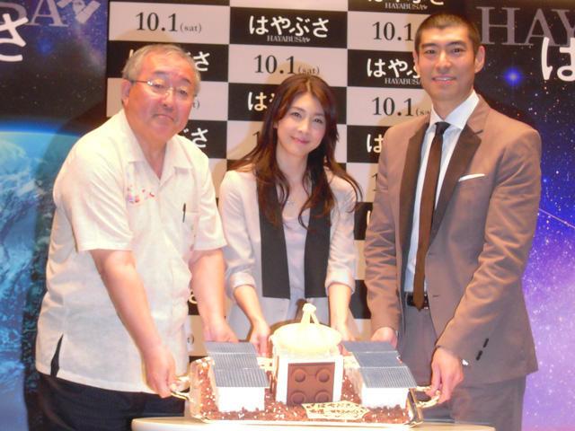 ペニンシュラ東京が特注した「はやぶさケーキ」を前にする (左から)的川泰宣教授、竹内結子、高嶋政宏